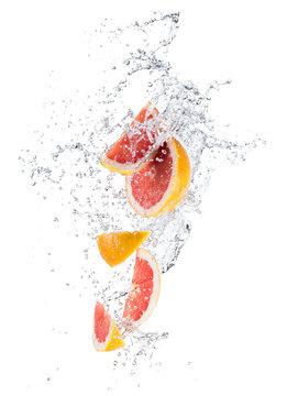 Pieces of grapefruit in water splash