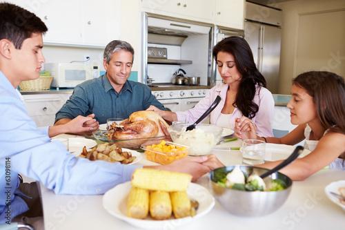 family praying at dinner - 800×533