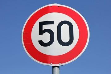 Deutsches Verkehrszeichen: zulässige Höchstgeschwindigkeit 50 km/h