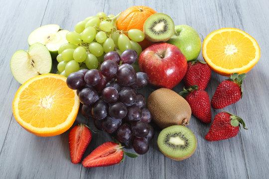 frutta su tavolo grigio