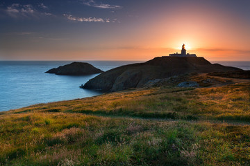 Foto op Canvas Vuurtoren Strumble Head Lighthouse at sunset