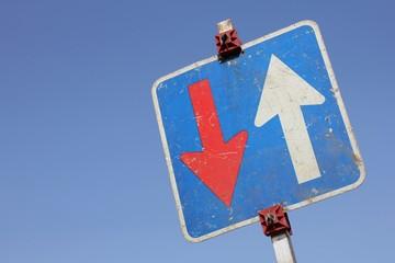Deutsches Verkehrszeichen: Vorrang vor dem Gegenverkehr