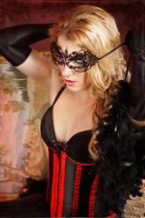 Frau bindet sich eine Maske um