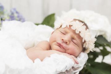 Newborn Mädchen mit süßem Haarband Nahaufnahme