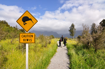 In de dag Nieuw Zeeland Caution kiwi panel on a trail - New Zealand