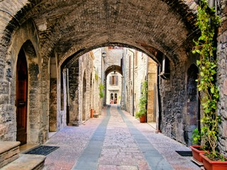 Fototapete - Arched medieval street in the town of Assisi, Italy