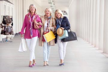 Ältere Frauen beim Shopping