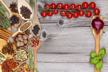 Menükarte mit Tomaten, Gewürzen und Kochlöffel