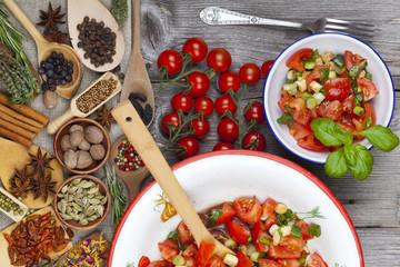 Schmackhafter Tomatensalat in Emaille Schüssel