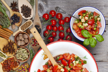 Salat aus frischen Tomaten mit Basilikum