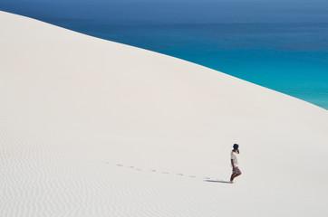 Долгая дорога в дюнах в Архере на острове Сокотра