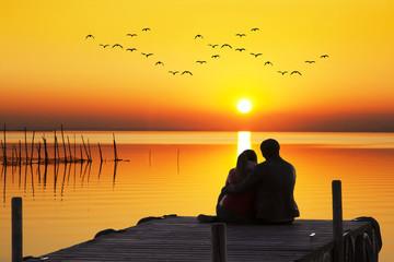 abrazados esperando al sol