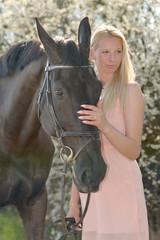 Portrait de la belle jeune femme avec cheval