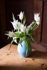 Tulipany w niebieskim wazonie