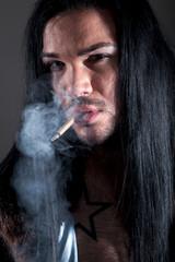 Indianer Mann raucht Zigarette