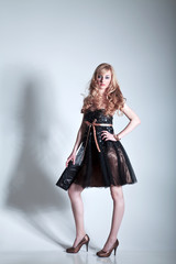Junge hübsche Frau im Kleid posiert