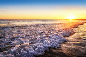 Fototapete - Bunter Sonnenuntergang am Meer