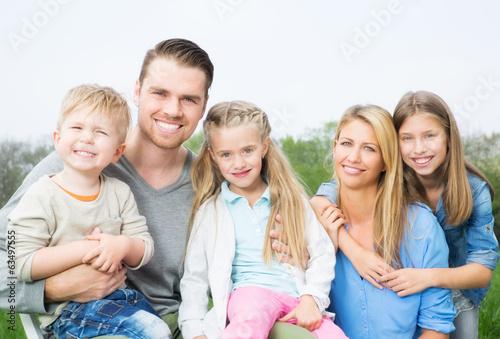 attraktive europ ische familie mit 3 kindern photo libre. Black Bedroom Furniture Sets. Home Design Ideas