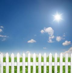 Fototapete - Hintergrund mit Himmel / Gras / Zaun