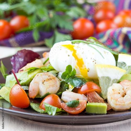 Салат с авокадо и креветками яйцами