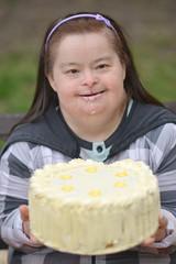 trisomique femme mange un gâteau