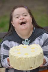 trisomique homme mange un gâteau