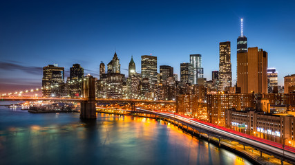 Fototapete - Brooklyn Bridge and the New York Financial District at dusk