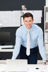 erfolgreicher manager am arbeitsplatz