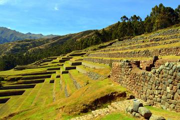 Chinchero. Andenes agrícolas y muro de un palacio inca