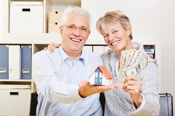 Paar Senioren mit Dollar und Haus