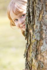 Mädchen versteckt sich