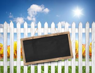 Fototapete - Leere Tafel am Zaun mit Himmel, BLumen, Wiese