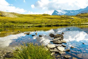 Foto auf AluDibond Reflexion Sentiero in acqua su sassi, Gran Paradiso, Valle d'Aosta