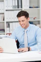 angestellter arbeitet am laptop