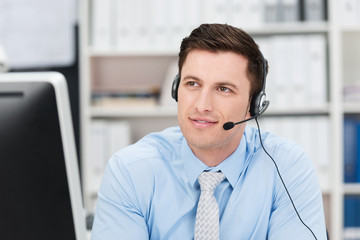 mann im büro telefoniert mit headset