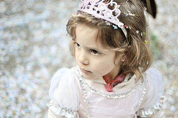 Piccola bambina vestita da principessa a carnevale