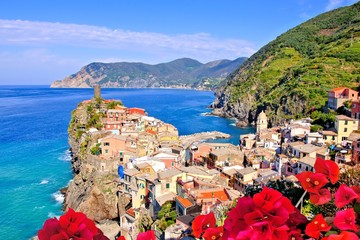 Fototapete - Vibrant view of a village along the coast of Italy