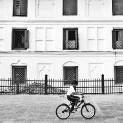 La pose en embrasure Art Studio A boy riding bicycle in pathway, Nepal