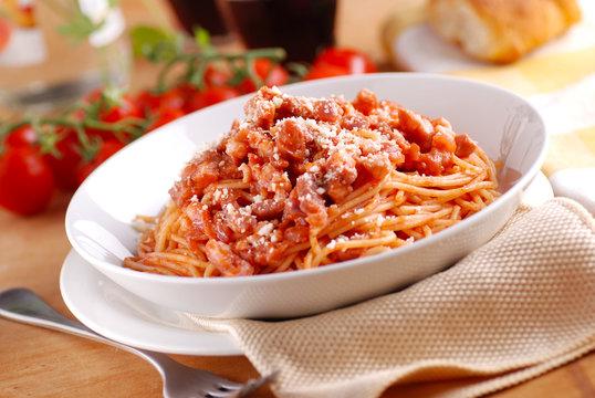 spaghetti all'amatriciana con ingredienti intorno