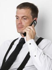 blonder Mann telefoniert