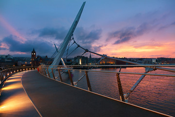 Keuken foto achterwand Brug Sunset over Peace Bridge of Derry, Northern Ireland
