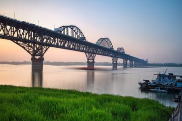 In de dag Brug beautiful jiujiang yangtze river bridge at dusk