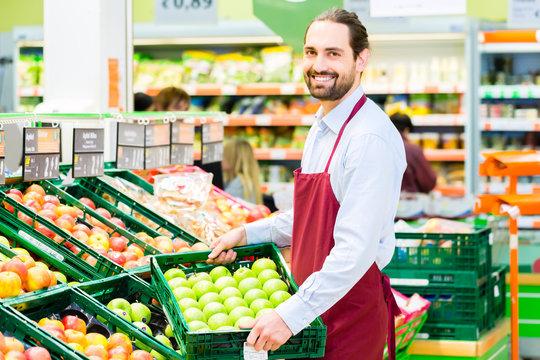Supermarkt Angestellter füllt Regale auf
