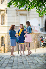 Staande foto Centraal-Amerika Landen Beautiful girls chatting on a Parisian street