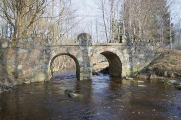 Старинный каменный мост в парке Ораниенбаума