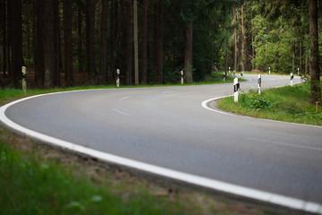 Landschaft - leere kurvige Landstraße - Serpentine