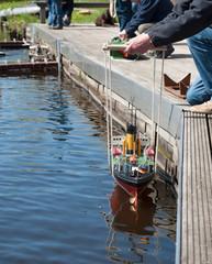 Modellschiff ins Wasser lassen