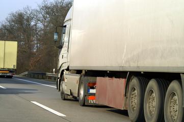 Fototapete - Lastwagen auf der Strasse
