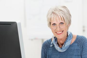 freundliche ältere mitarbeiterin