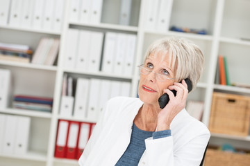 ältere ärztin gibt auskunft am telefon